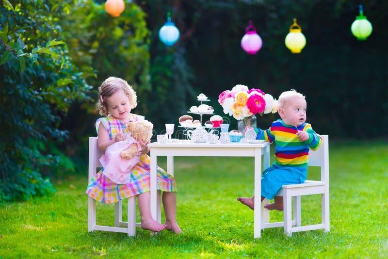 Niños que tienen partido en el jardín imágenes de archivo libres de regalías