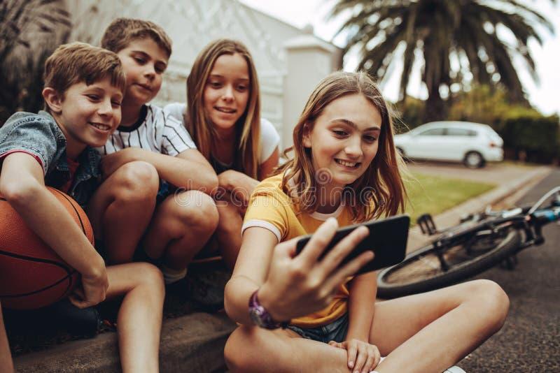 Niños que tienen tiempo feliz junto imágenes de archivo libres de regalías