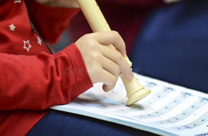 Niños que tocan la flauta fotografía de archivo