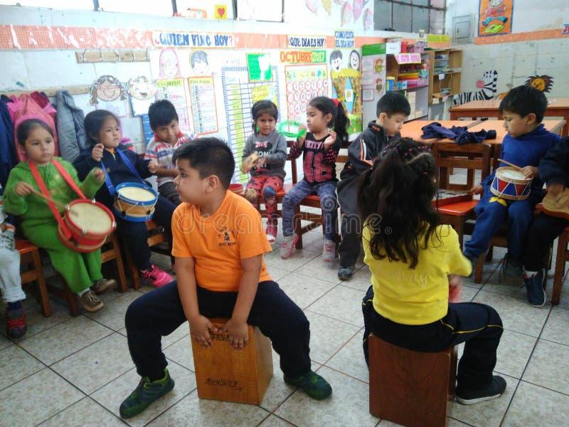 Niños que tocan los instrumentos musicales foto de archivo