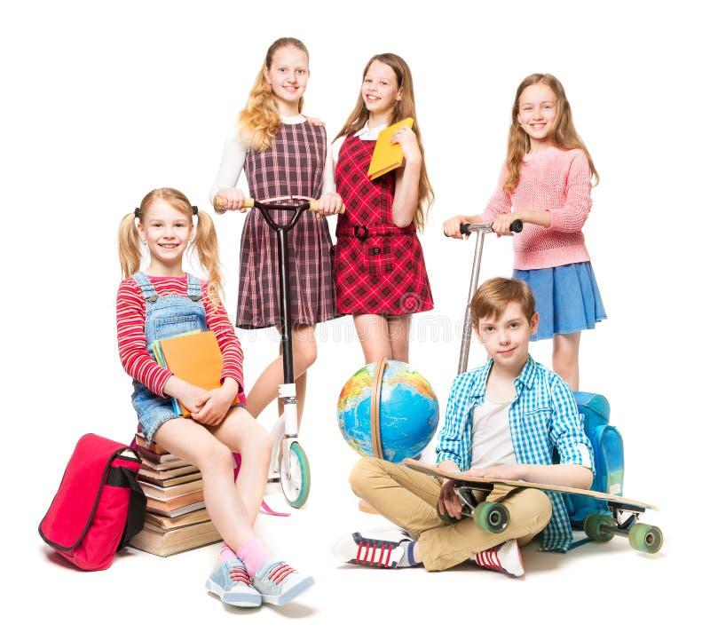 Niños que van al campamento de verano, final de la educación, grupo de los niños de los alumnos en blanco imagen de archivo