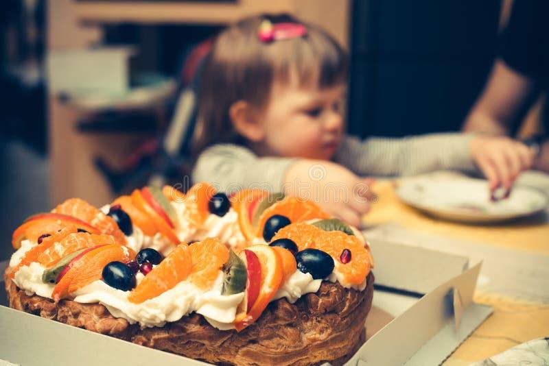 Niños que van a comer una torta fotografía de archivo libre de regalías