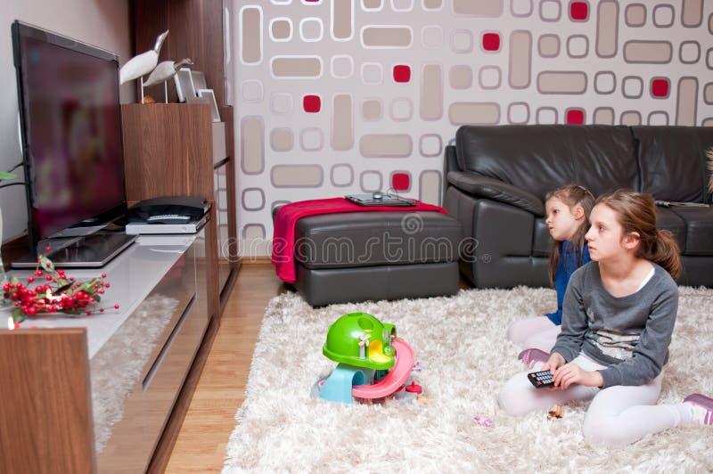Niños que ven la TV imagen de archivo libre de regalías