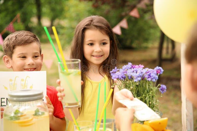 Niños que venden la limonada natural fotografía de archivo libre de regalías