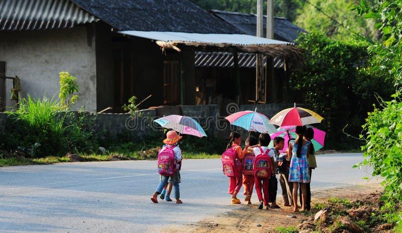 Niños que vienen a la escuela en la madrugada en Bacgiang, Vietnam septentrional fotos de archivo libres de regalías