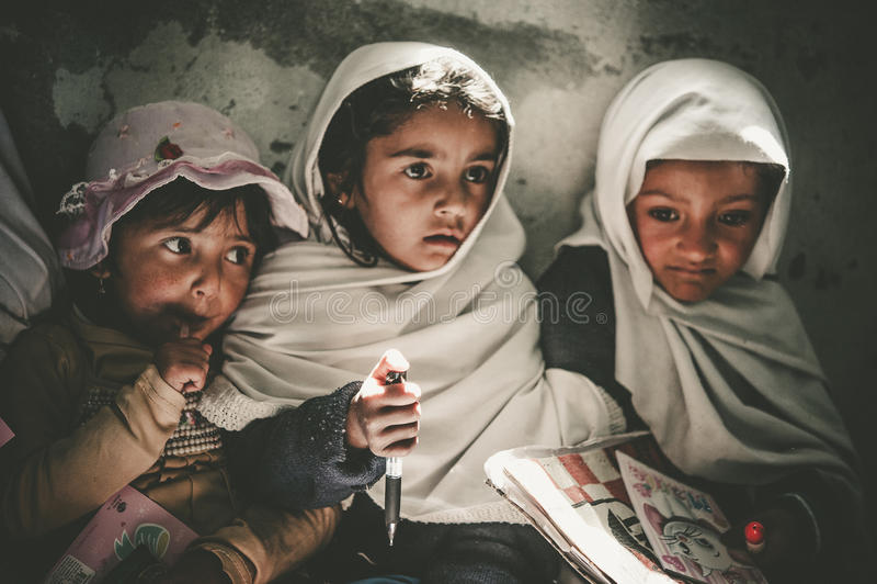 Niños que vienen a la escuela en Skardu, Paquistán fotografía de archivo libre de regalías