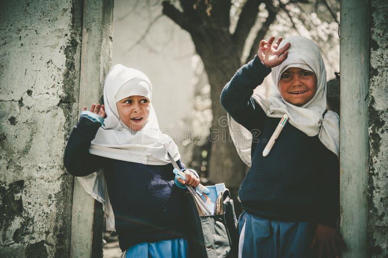 Niños que vienen a la escuela en Skardu, Paquistán foto de archivo