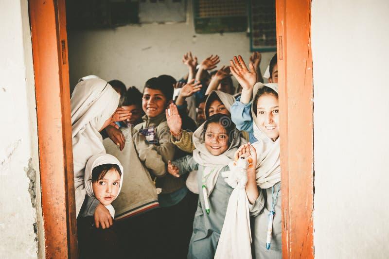Niños que vienen a la escuela en Skardu, Paquistán imagenes de archivo