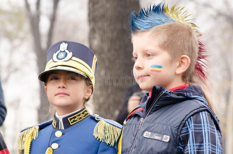 Niños rumanos en un desfile fotografía de archivo