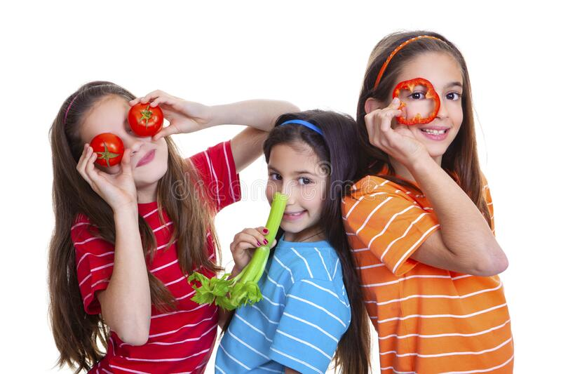Niños sanos felices con verduras saladas foto de archivo