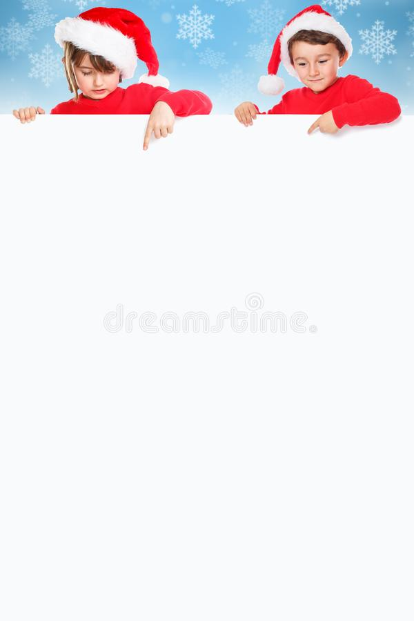 Niños Santa Claus de los niños de la Navidad que señala portra vacío de la bandera foto de archivo