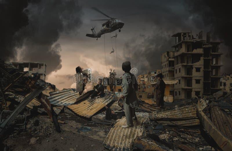 Niños sin hogar que miran fuerzas militares fotos de archivo libres de regalías
