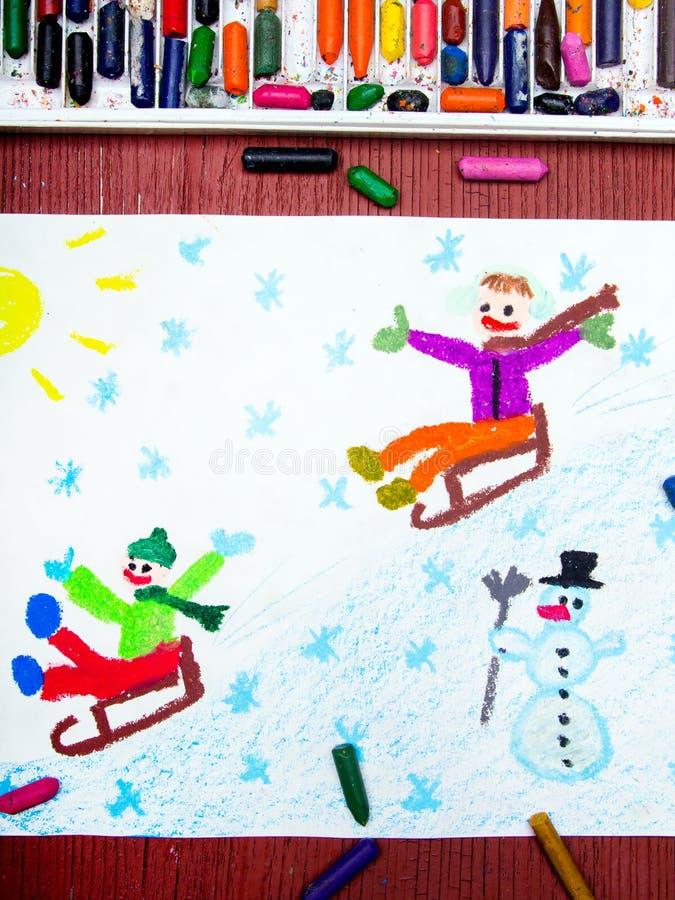 Niños sledding abajo de la colina, diversión del invierno fotos de archivo libres de regalías