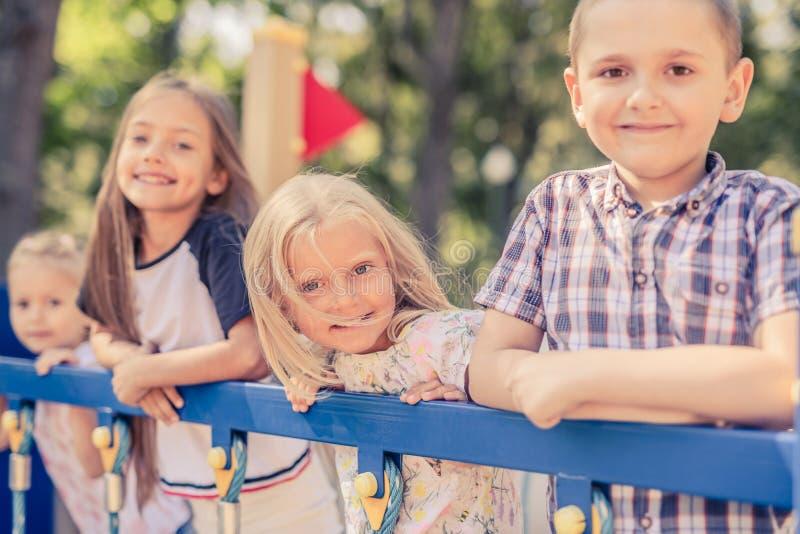 Niños sonrientes bonitos que se unen imagenes de archivo
