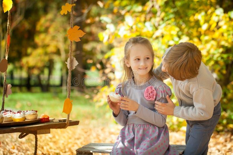 Niños sonrientes en el parque del otoño fotos de archivo