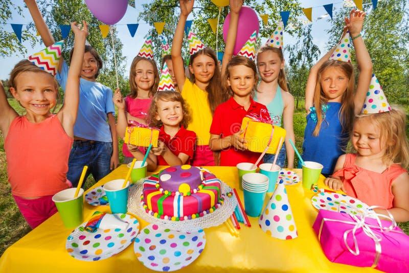 Niños sonrientes felices en la fiesta de cumpleaños fotografía de archivo libre de regalías