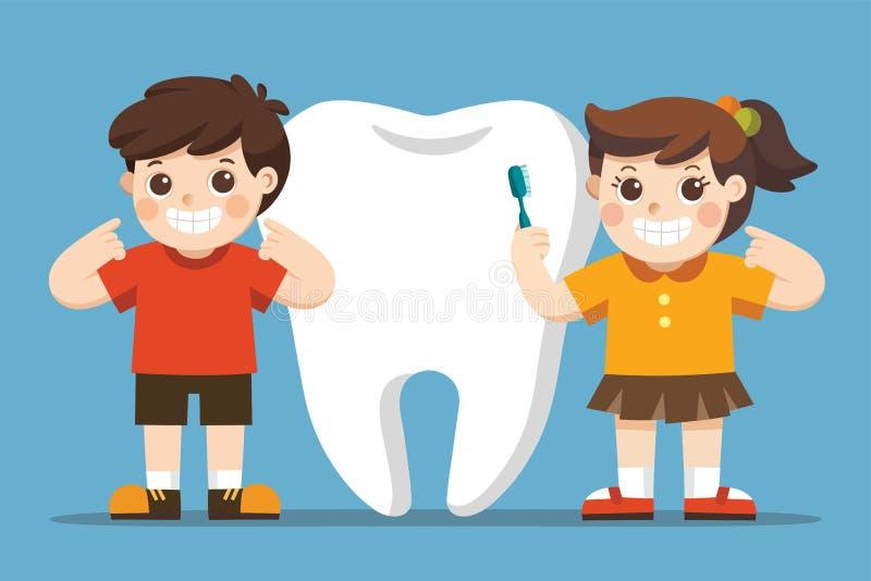 Niños sonrientes que se colocan al lado del diente blanco grande libre illustration