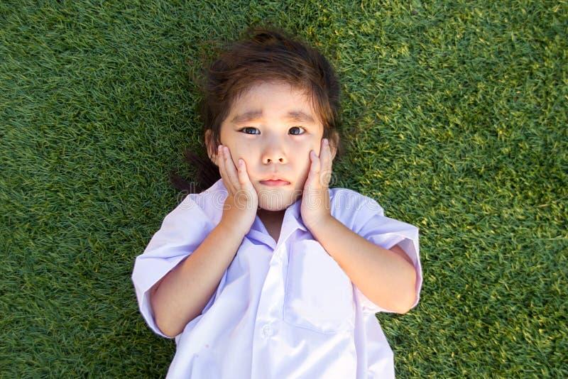 niños tailandeses asiáticos que lloran en hierba verde imágenes de archivo libres de regalías