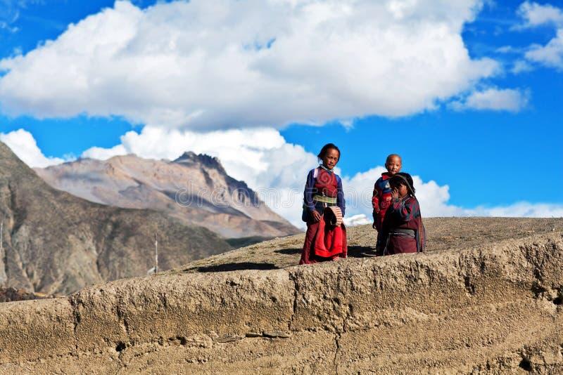 Niños tibetanos, Nepal fotos de archivo