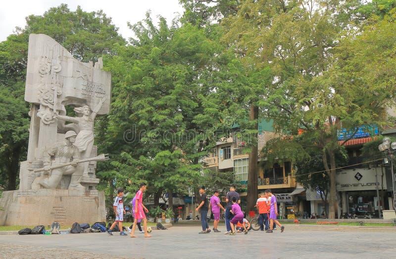 Niños vietnamitas que juegan al fútbol Hanoi Vietnam fotografía de archivo