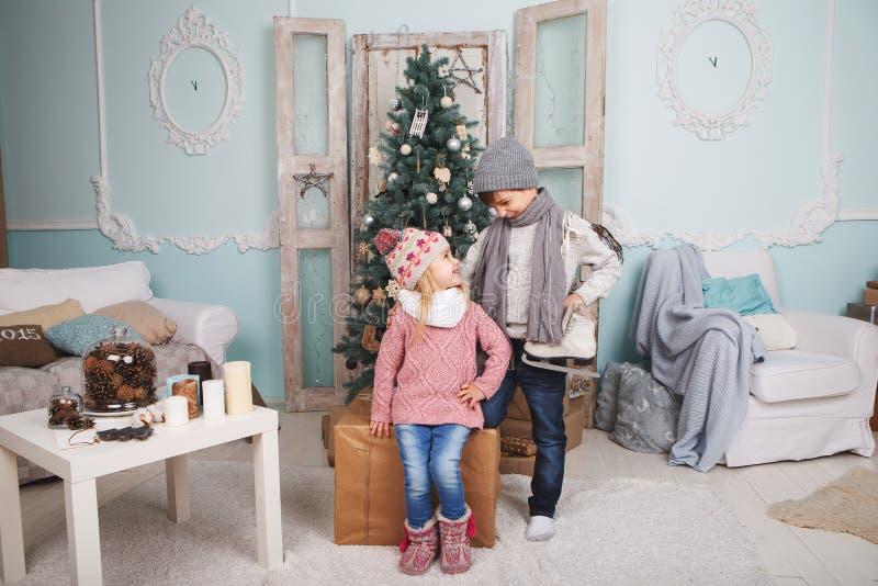 Niños y árbol de navidad imagen de archivo libre de regalías
