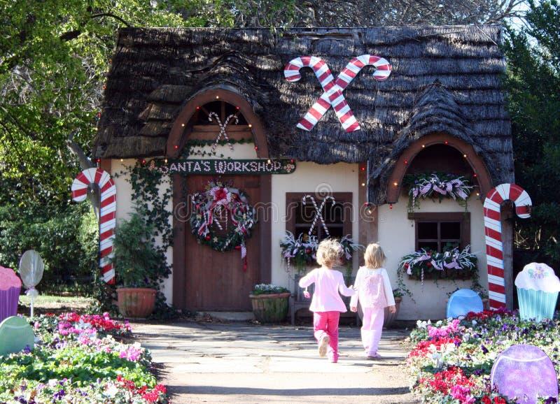 Niños y casa de vacaciones fotos de archivo