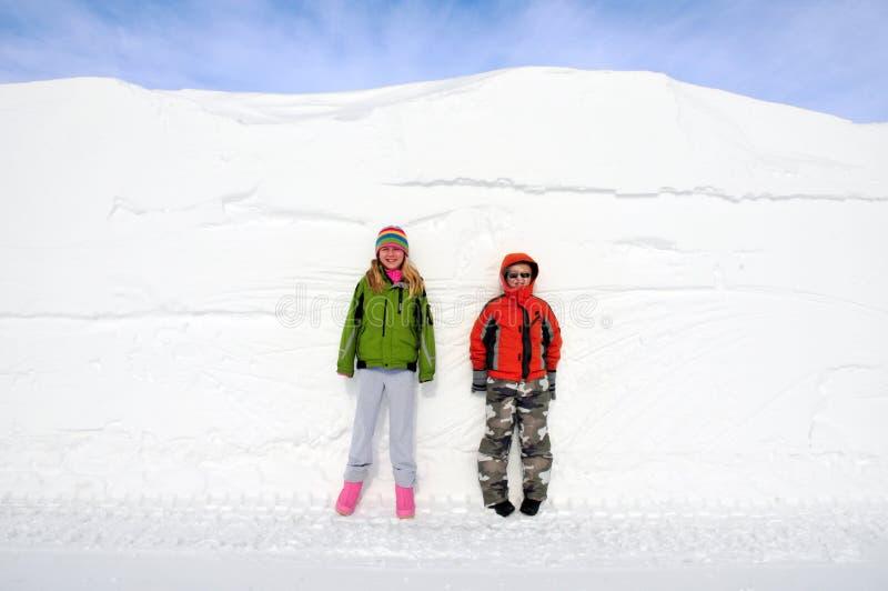 Niños y desviación de la nieve imagenes de archivo