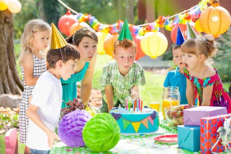 Niños y la torta foto de archivo