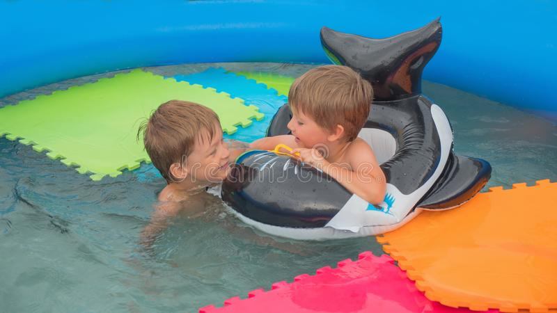 Niños y naturaleza Adultos jovenes Concepto que viaja Vacaciones Recorrido con los niños Juegos del agua Niñez feliz imagen de archivo