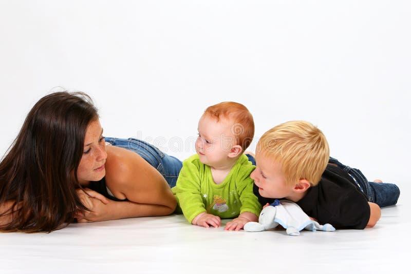 Niños y niñera imagenes de archivo