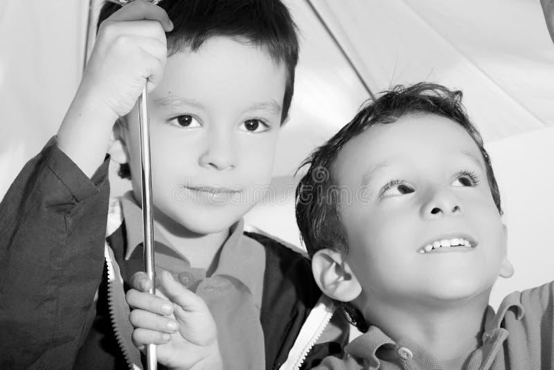 Niños y paraguas imagen de archivo libre de regalías