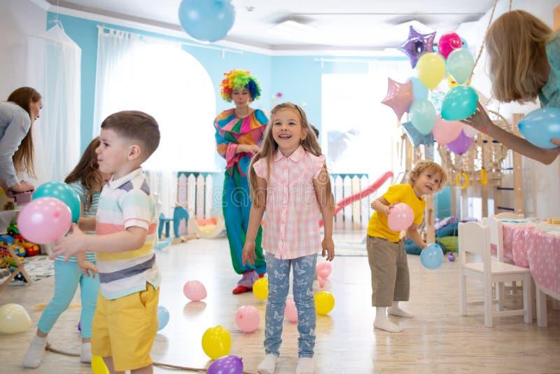 Niños y payasos en la fiesta infantil imagen de archivo