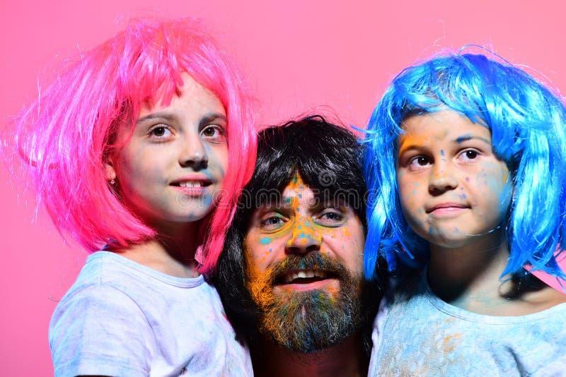 Niños y pelucas barbudas del desgaste de hombre Concepto de la diversión y del día de fiesta foto de archivo libre de regalías