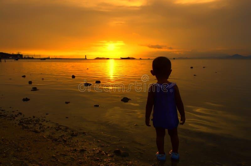 Niños y puesta del sol imagen de archivo libre de regalías