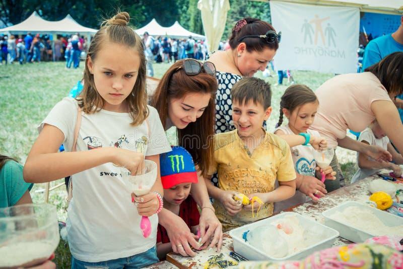 Niños y sus padres que participan en el taller antiesfuerzo de la creación del juguete imágenes de archivo libres de regalías