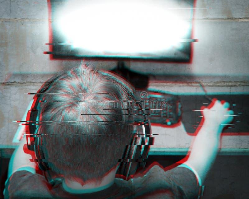 Niños y tecnología: Las auriculares que llevan del adolescente juegan a un juego de ordenador en casa Efecto de la interferencia  fotografía de archivo libre de regalías