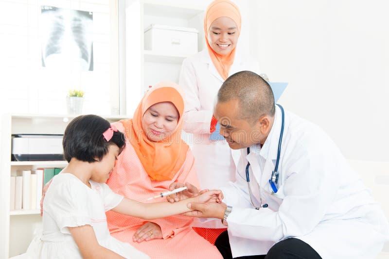 Niños y vacunación imagen de archivo