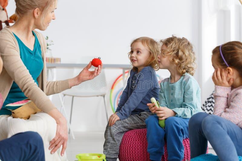 Niños y verduras de la felpa imagen de archivo
