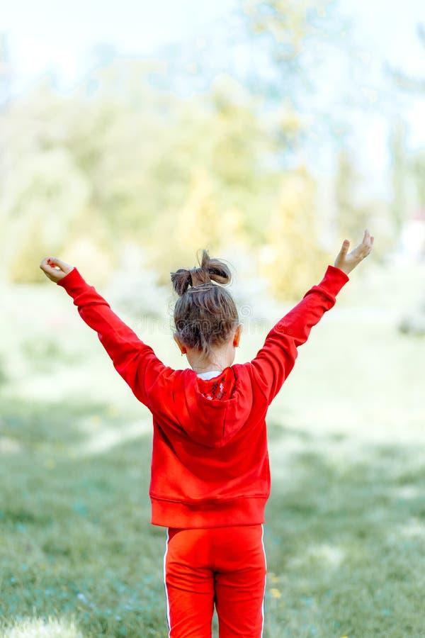 Ni?o, ni?o, alegr?a, fe, alabanza y felicidad fotografía de archivo libre de regalías
