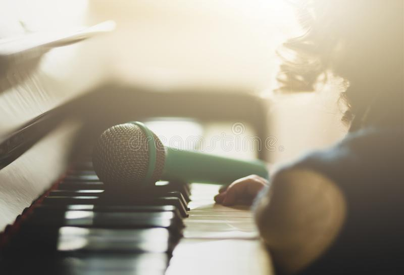 Ni?o de la muchacha, piano y micr?fono del juguete imagen de archivo