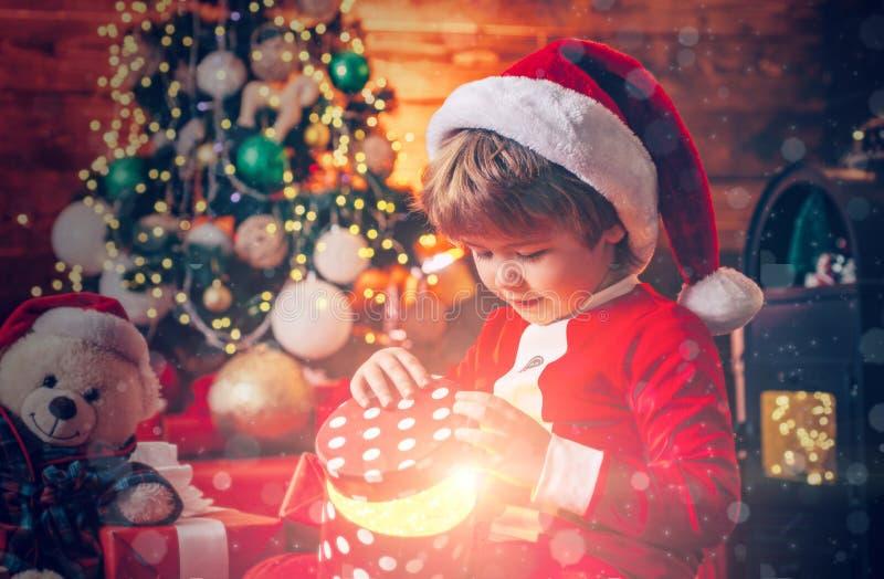 Ni?o del muchacho de Pap? Noel peque?o celebrar la Navidad en casa Beb? precioso disfrutar de la Navidad D?a de fiesta de la fami fotos de archivo libres de regalías