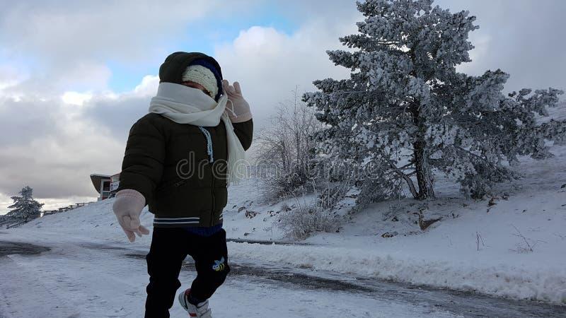 Ni?o en la nieve fotos de archivo