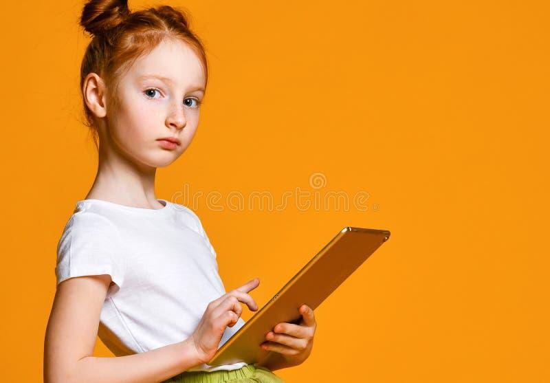 Ni?o feliz con el ordenador de la tablilla Demostraci?n del ni?o foto de archivo