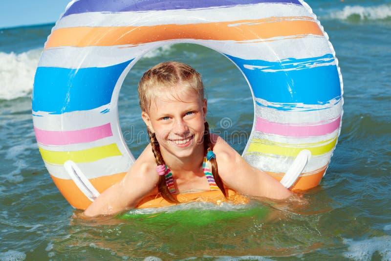Ni?o feliz que juega en el agua azul del oc?ano en un centro tur?stico tropical en el mar Nadadas alegres de la niña en el océano foto de archivo