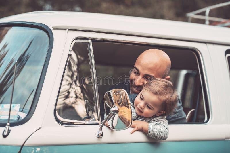 Ni?o peque?o con el padre en el coche imagen de archivo libre de regalías