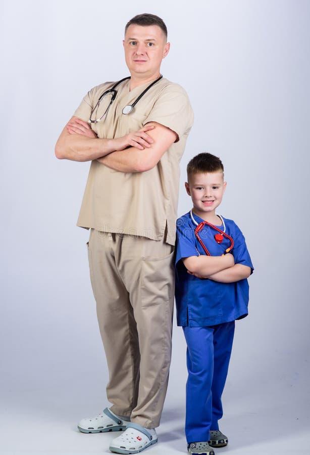 ni?o peque?o con el pap? en hospital ni?o feliz con el padre con el estetoscopio M?dico de cabecera Medicina y salud padre fotos de archivo
