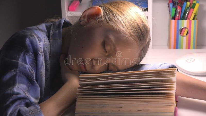 Ni?o que duerme, retrato cansado que estudia, lectura, ni?o de la muchacha de los ojos que aprende la biblioteca fotografía de archivo