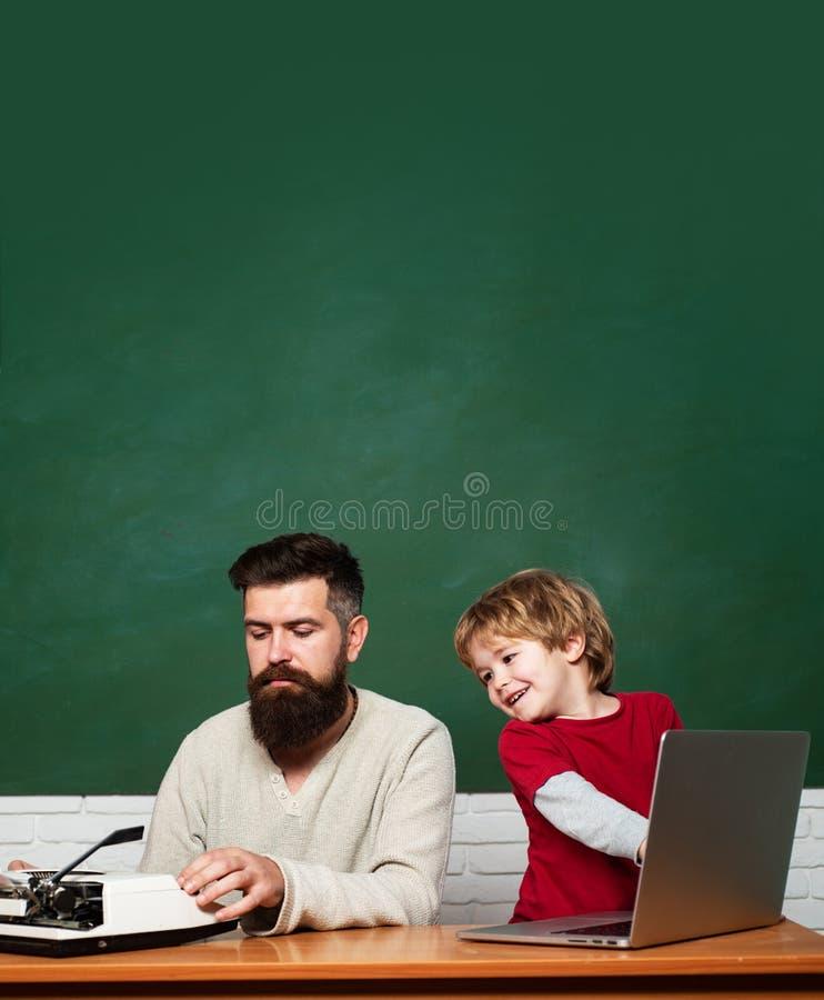 Ni?os de ayuda del profesor con su preparaci?n en sala de clase en la escuela Aprendizaje del ni?o homeschooling Primer d?a en es fotografía de archivo libre de regalías