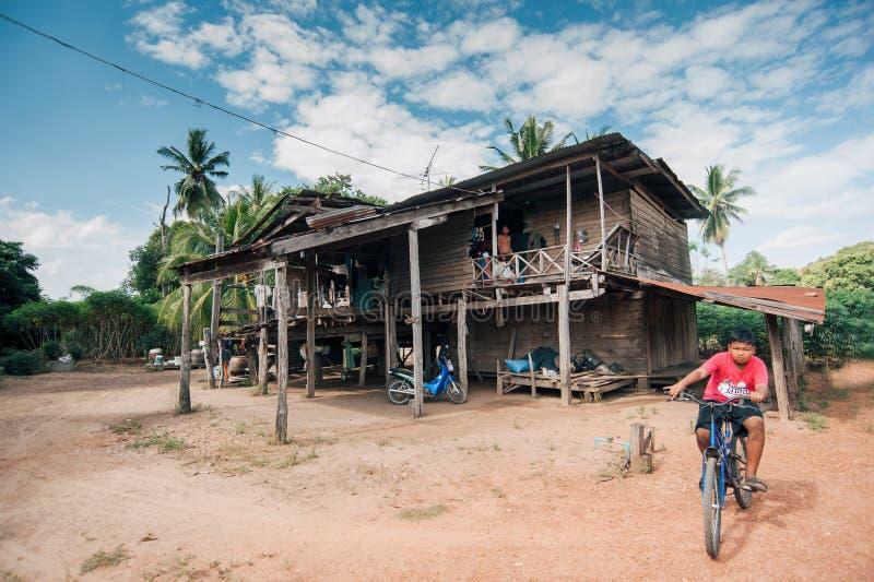 Ni?os del aldeano de Karen en aldea de la pobreza imágenes de archivo libres de regalías