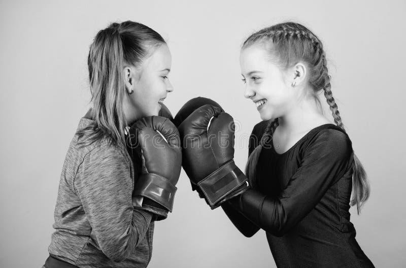 Ni?os del boxeador en guantes de boxeo Boxeadores lindos de las muchachas en fondo azul Amistad como batalla y competencia Boxeo  fotografía de archivo